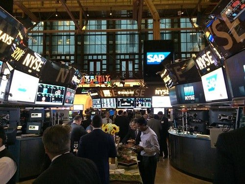 Wall Street fica em alta moderada com indicadores
