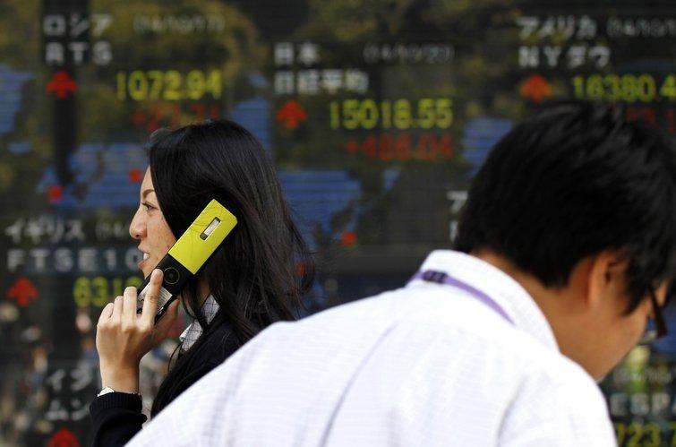 Mercados da Ásia reagem com bancos centrais